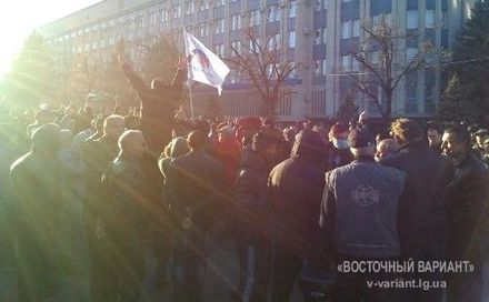 Луганчане освободили своих товарищей и здание СБУ от бандеровцев