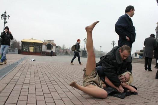 golie-ukrainki-na-ploshadi