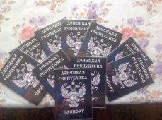 Захарченко продемонстрировал образец паспорта ДНР