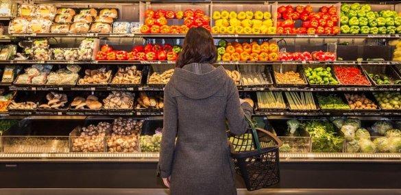 Россияне пытаются привыкнуть к рекордно низкому росту цен