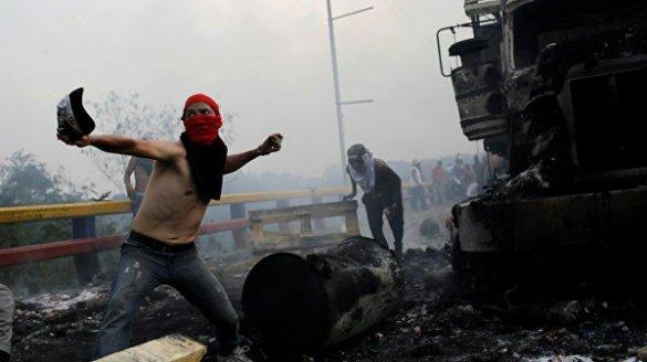 На границе с Колумбией начались столкновения оппозиции с армией Венесуэлы
